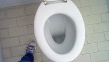 Utilisez du savon à vaisselle, vinaigre ou bicarbonate de soude pour déboucher une toilette écologiquement