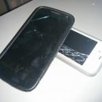 Nexus et iPhone 4 avec un écran brisé.